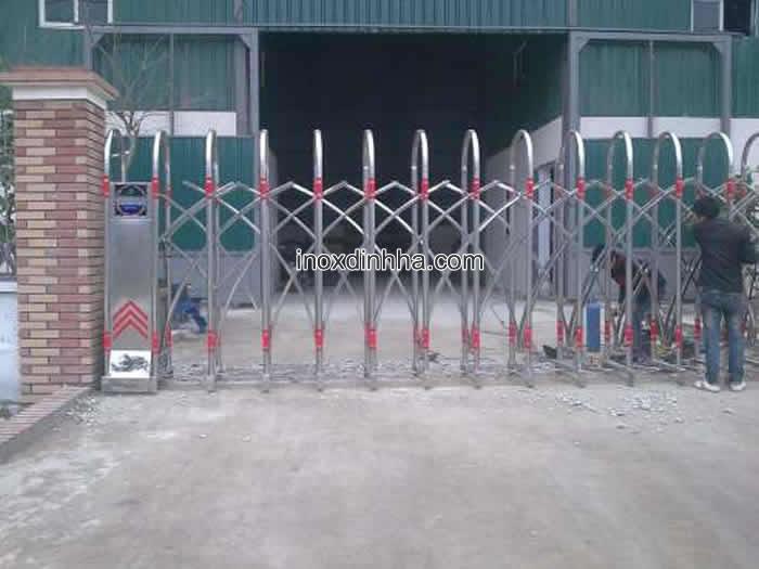 cổng xếp inox 12